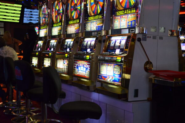 The difference between free slots and slots played in the casino